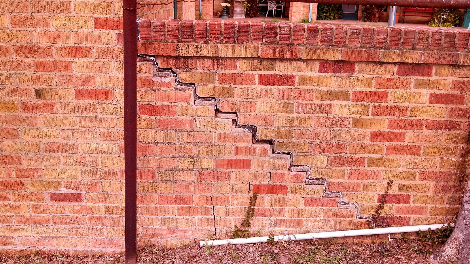 Стена с трещиной 2